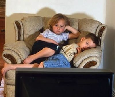 how the violence shown on television affects children Watching just one hour of television a day can make a person more violent towards others, according to a 25-year study in some circumstances, tv watching increases the risk of violence by five times the new research indicates the effect is seen not just in children, as has been suggested before.